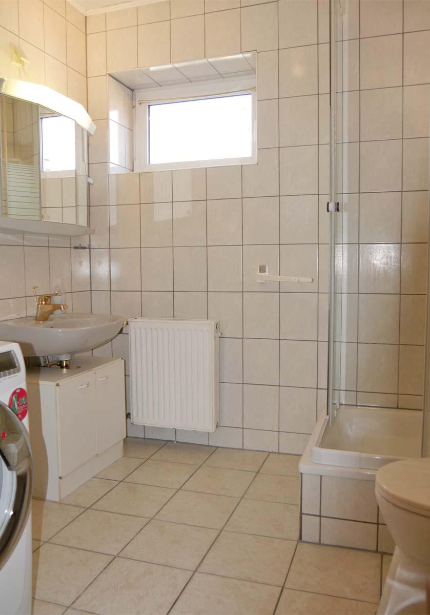 Bad mit Dusche, WC, Waschbecken