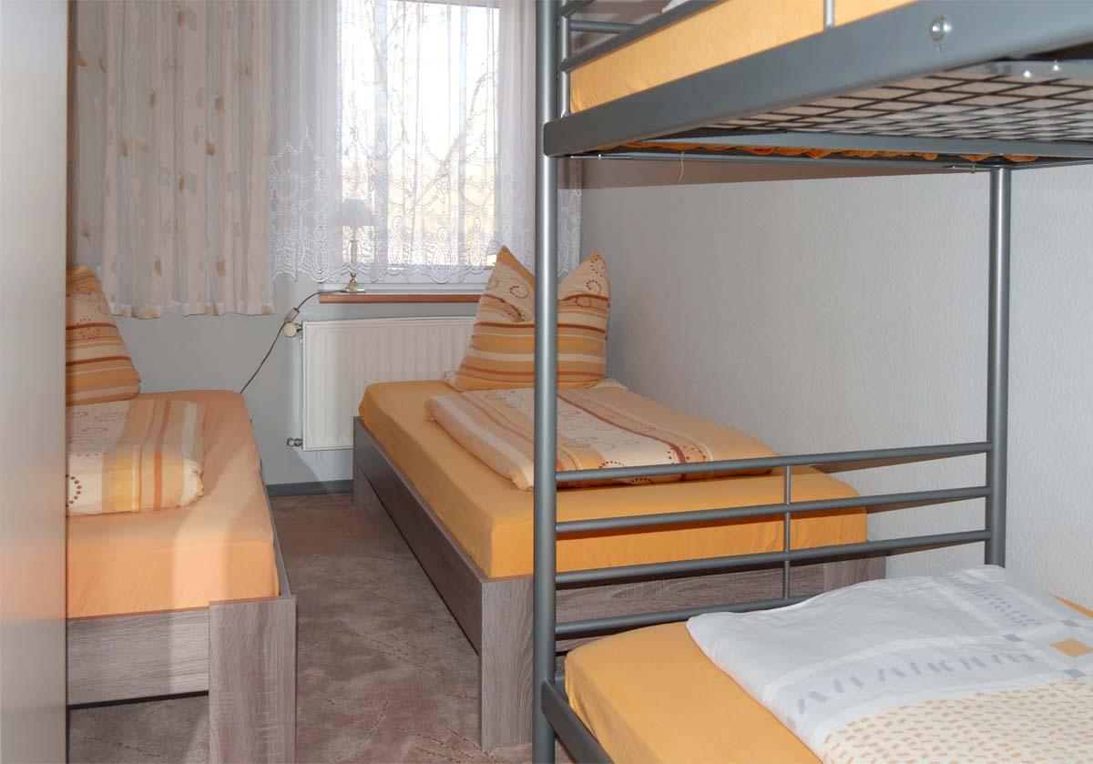 Schlafzimmer 2 Einzelbetten, 1 Stockbett